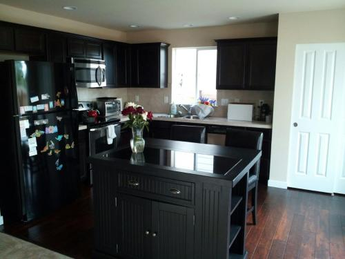 home styles nantucket black kitchen island with seating-5033-949