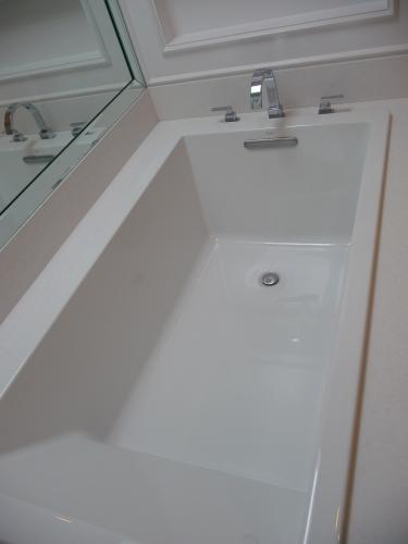 KOHLER Underscore 5.5 ft. Reversible Drain Bathtub in White K-1136-0 ...