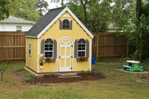 Handy Home Products 8 ft x 8 ft Hampton Chalet Playhouse