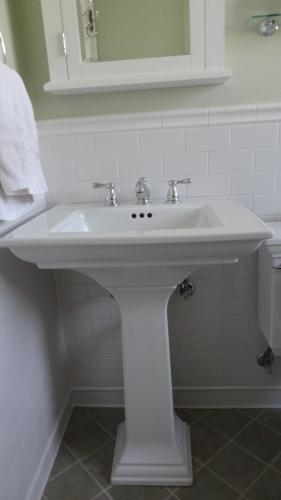 It is a nice looking sink. Too bad the quality is poor.