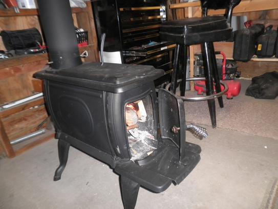 Vogelzang Boxwood 800 sq  ft  Cast Iron Wood-Burning Stove