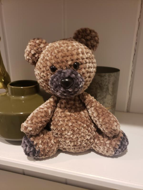 This free crochet teddy bear pattern, designed by Sarah Zimmerman ... | 800x600