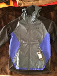 Giacca con i TRE colori, mentre io ho ordinato giacca NERO- Blu Scuro. Non corrisponde al mio acquisto come da foto del sito Under Armour.